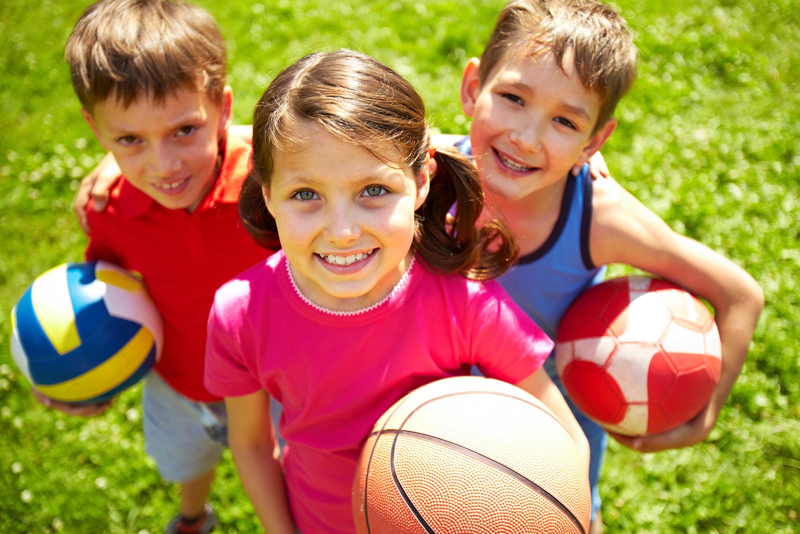 Czy warto wysłać dzieci na kolonie letnie czy lepiej brać ze sobą?